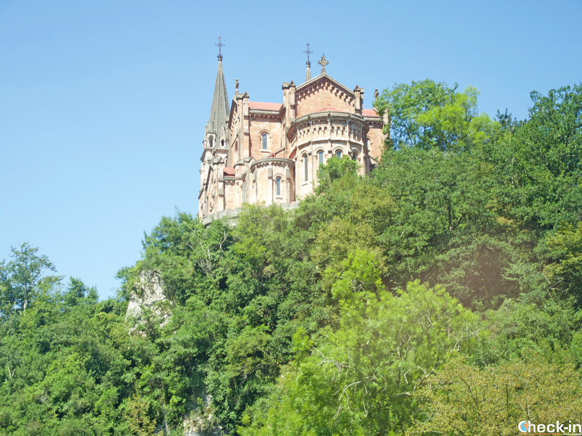 La Basilica di Covadonga nei Picos de Europa - Asturie, Spagna