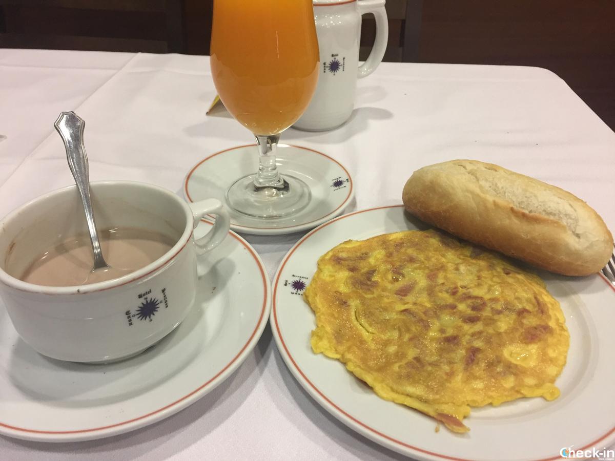 Colazione all'Hotel Casa Prendes di Cudillero, Spagna
