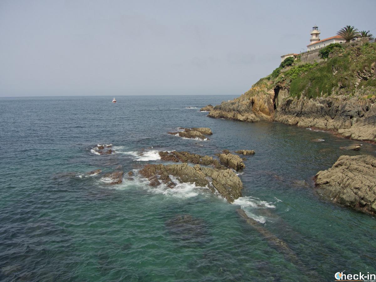 Il faro di Cudillero a picco sul Mar Cantábrico