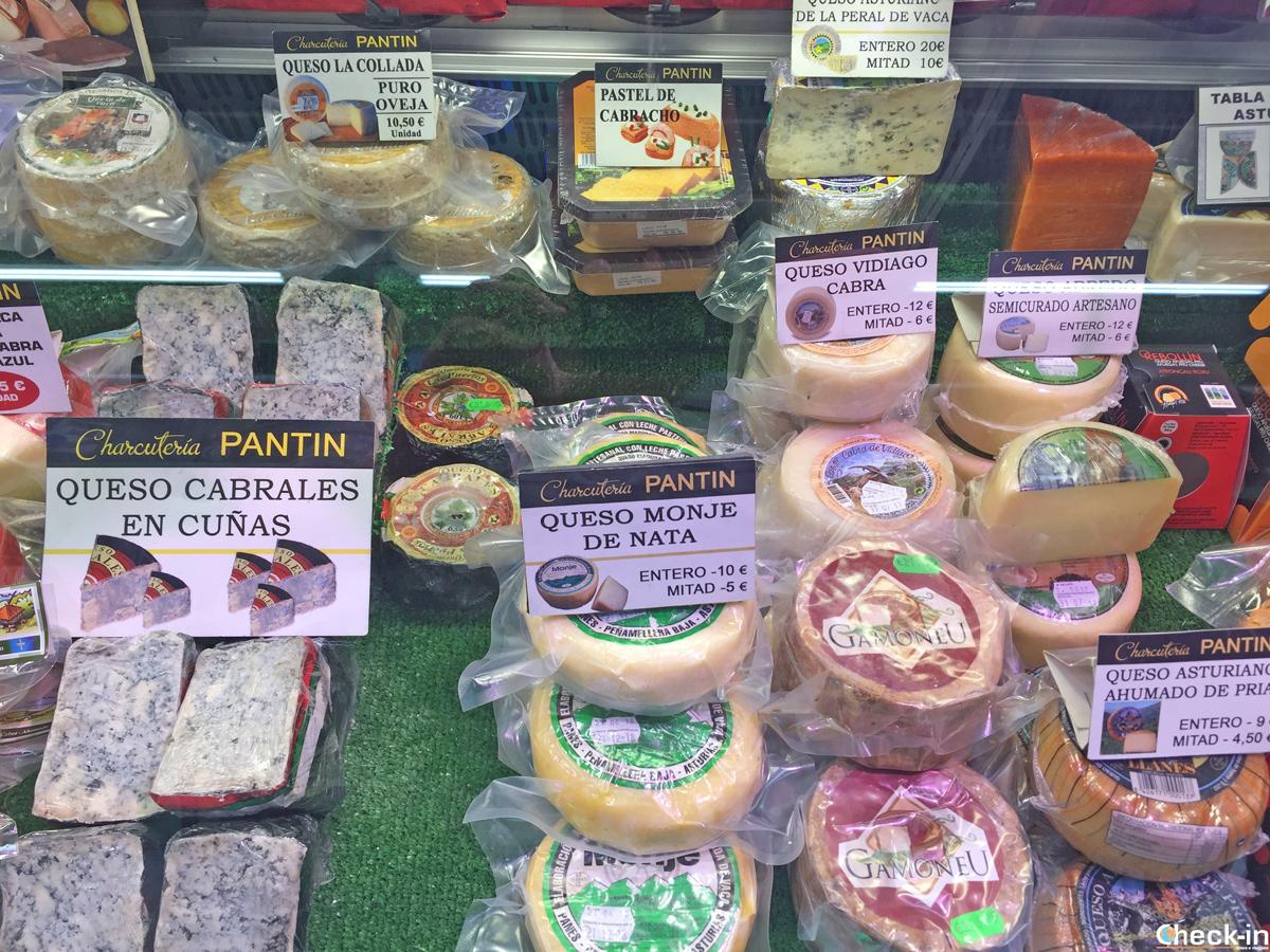 I formaggi asturiani in vendita al Mercado El Fontán di Oviedo