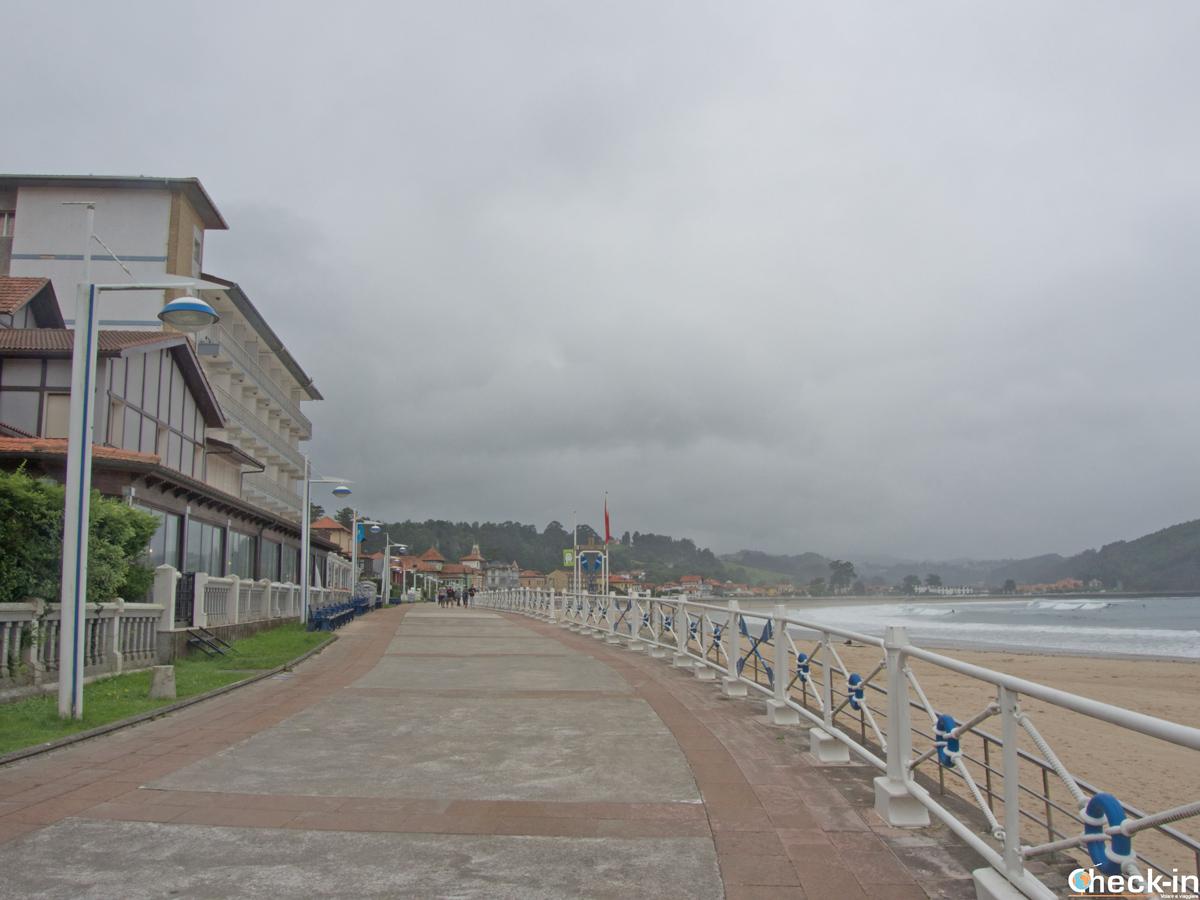 Passeggiata lungo la spiaggia di Ribadesella (Spagna)