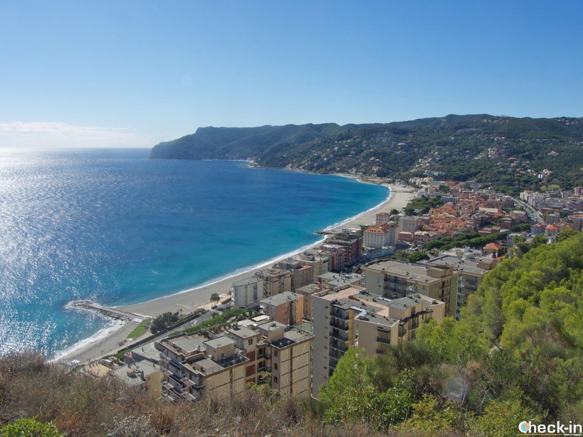 Vista di Spotorno dal belvedere dell'Antica Via Romana (Liguria)