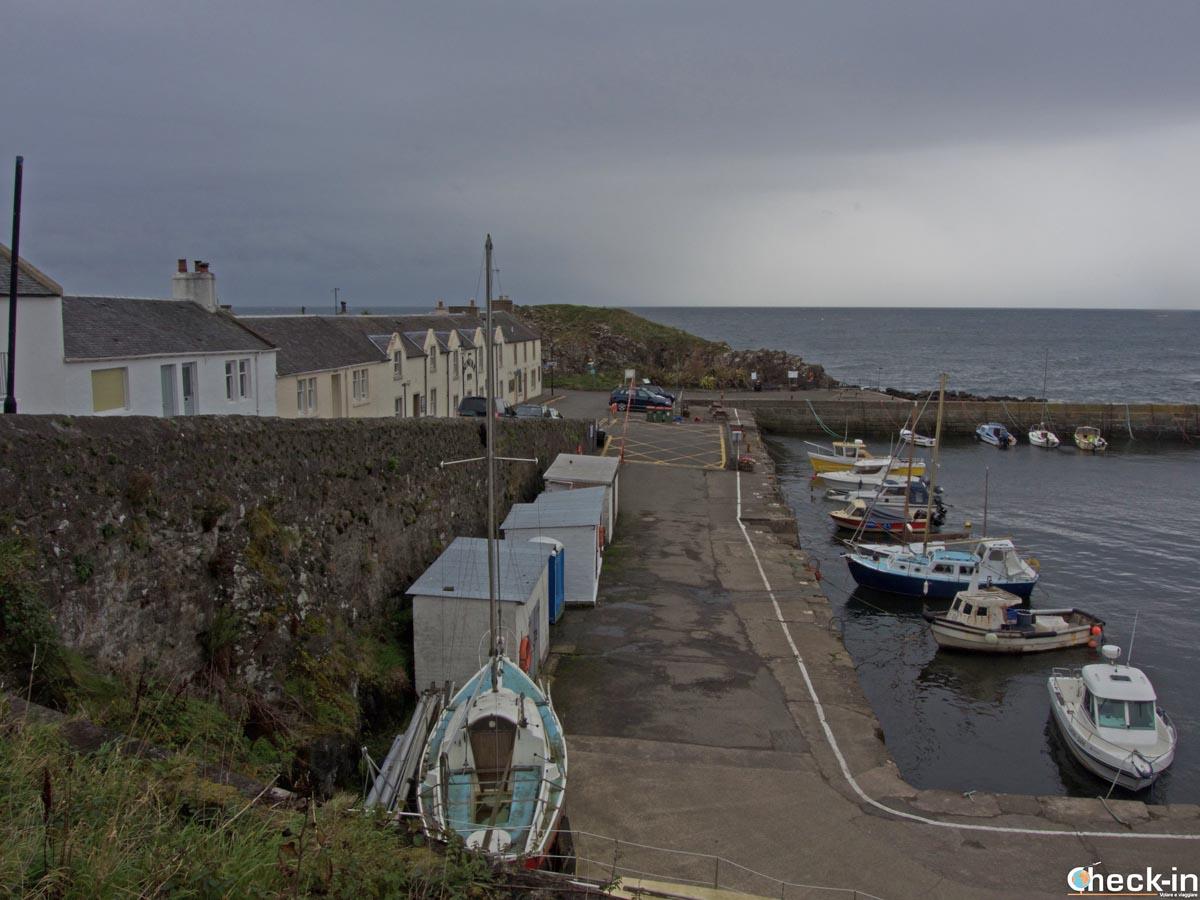 Pausa al Dunure Harbour, porticciolo apparso in Outlander