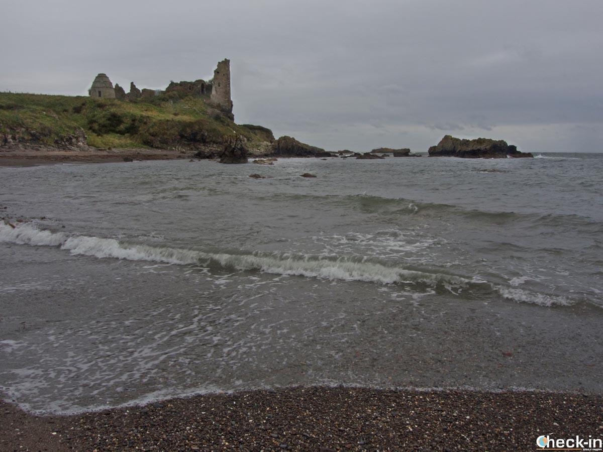 Dunure beach e le rovine del castello sul promontorio roccioso