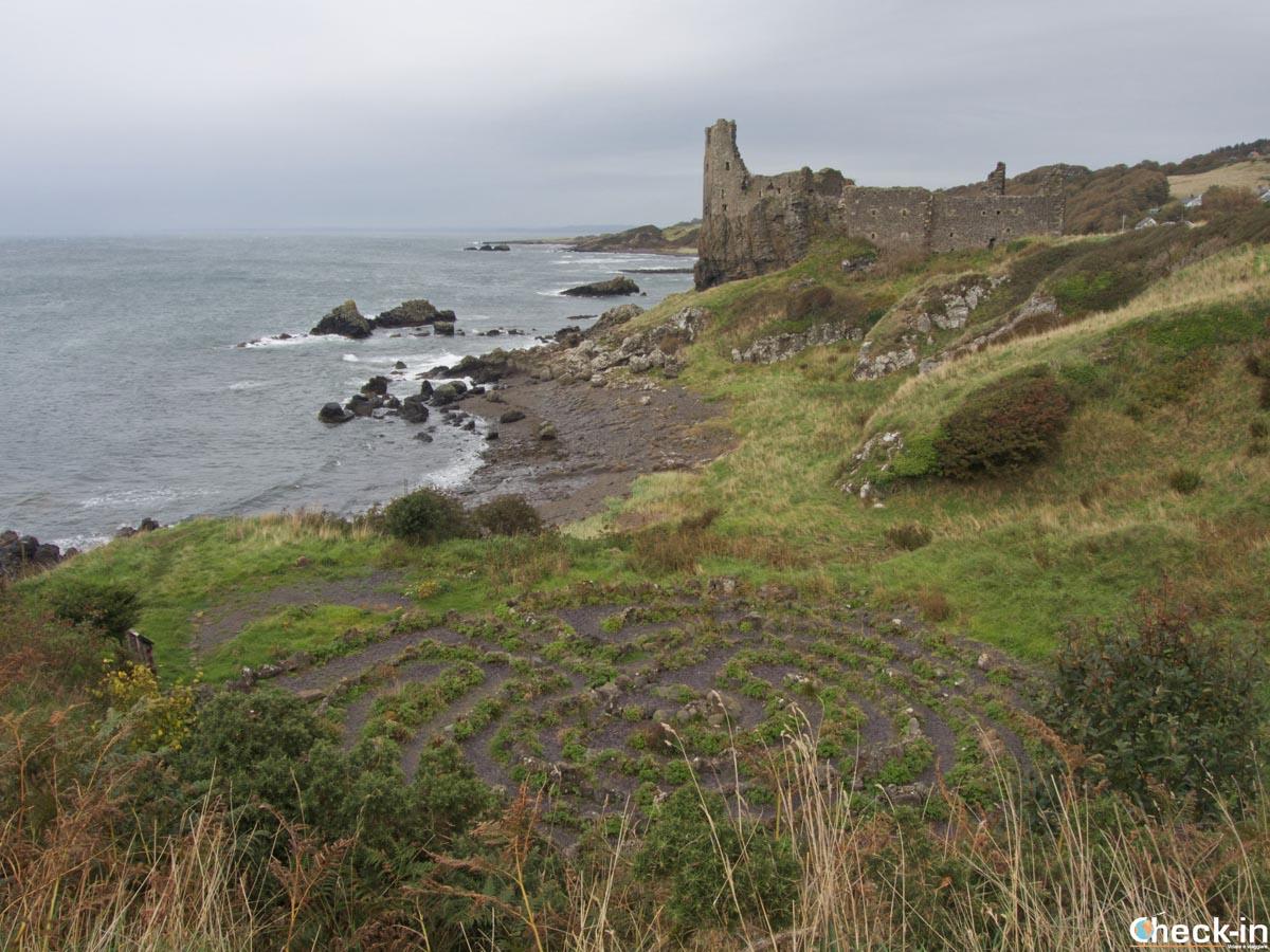 Il Dunure Labyrinth e le rovine del castello all'orizzonte - Ayrshire, Scozia