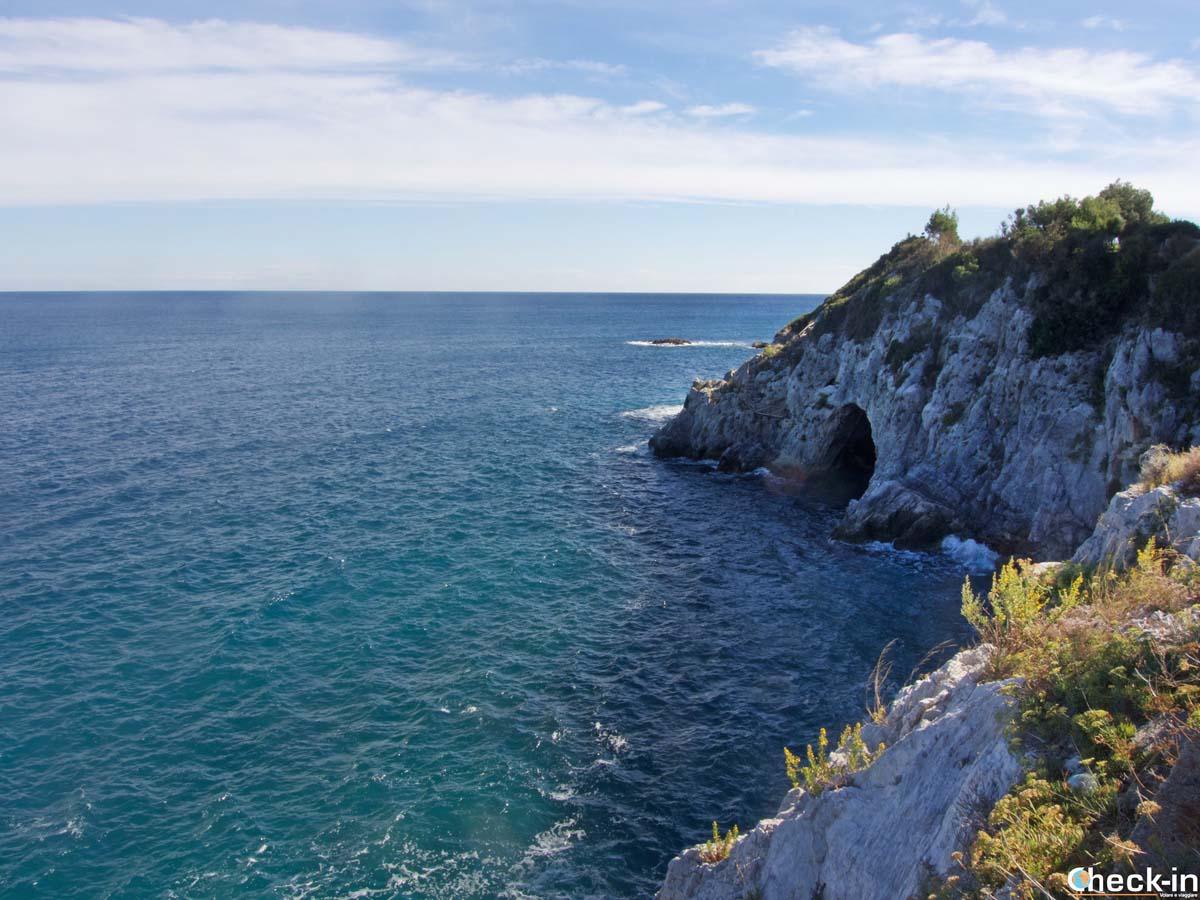 La grotta marina vista dal lungomare di Bergeggi (Liguria)
