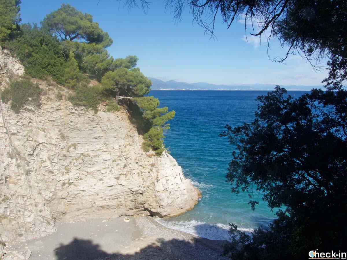 La spiaggia della Baia delle Sirene di Bergeggi a Punta Predani (Liguria)
