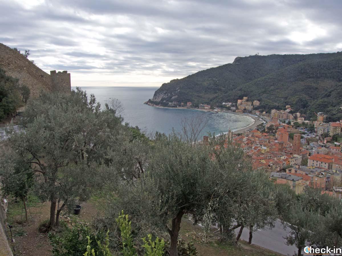 Vista panoramica di Noli dal Castello di monte Ursino (Liguria)