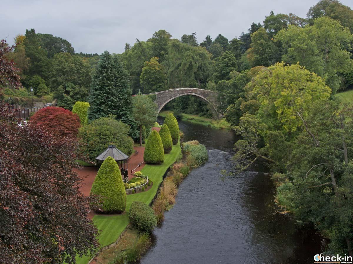 Sight of the bridge Brig o' Doon in Alloway (Scotland)