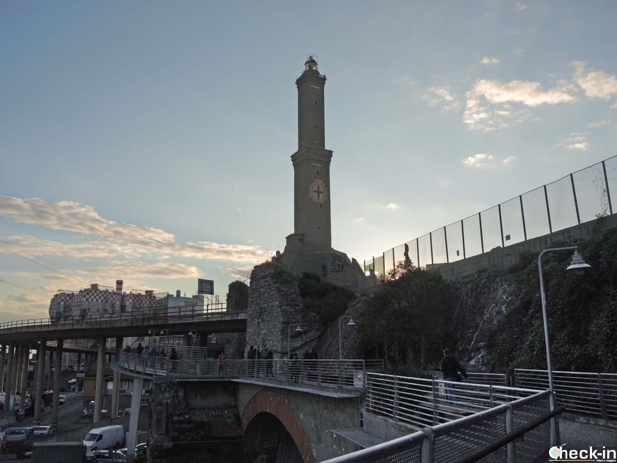 La Lanterna di Genova vista dalla passeggiata lungo le mura