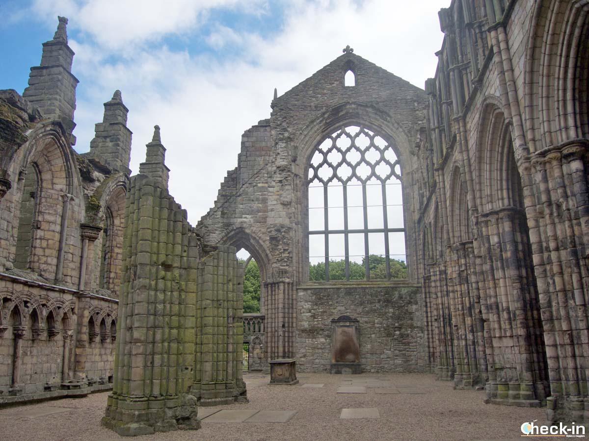 Visita delle rovine della Holyrood Abbey a Edimburgo (Scozia)