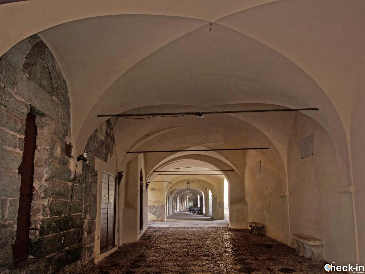 Due passi lungo la Loggia della Repubblica a Noli