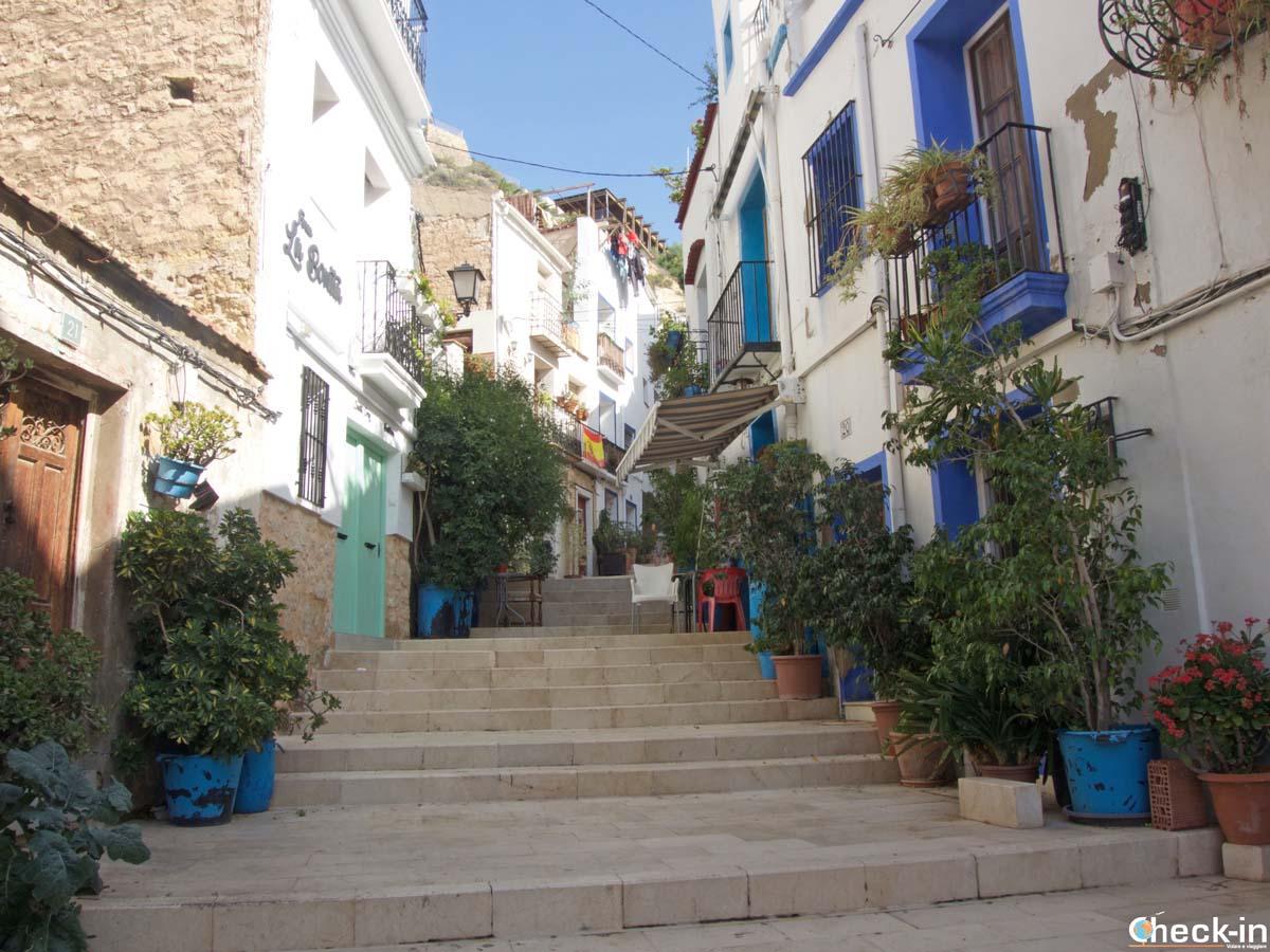 Subida al barrio de Santa Cruz en Alicante - Comunidad Valenciana, España