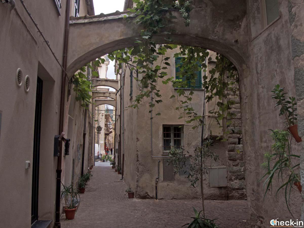 Due passi per i vicoli di Noli (Liguria)