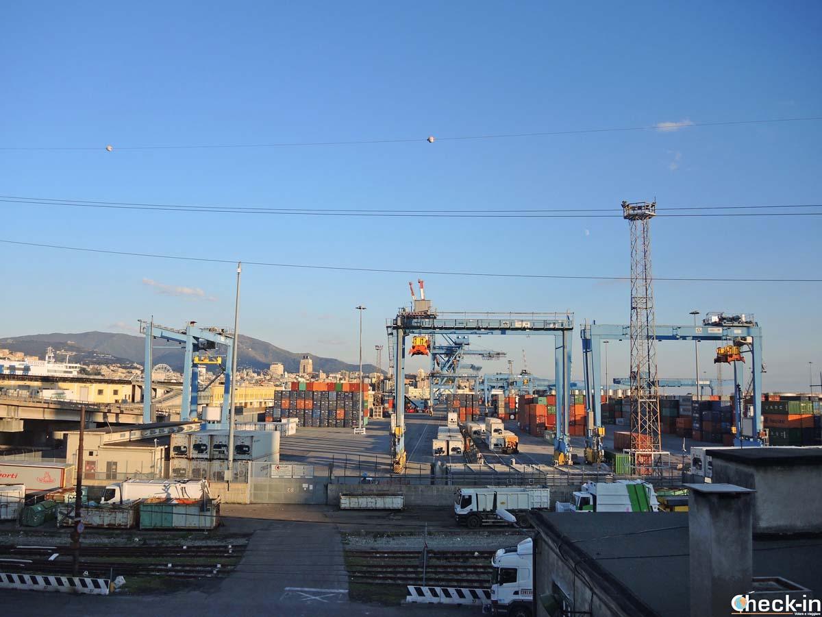 Il porto di Genova visto dalla passeggiata verso la Lanterna