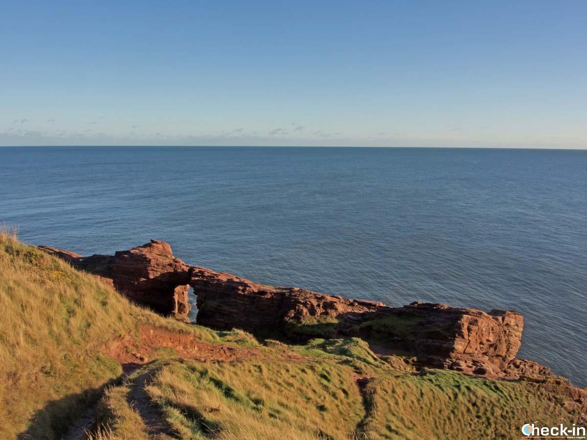 Formazioni rocciose sulla passeggiata costiera vicino a Arbroath