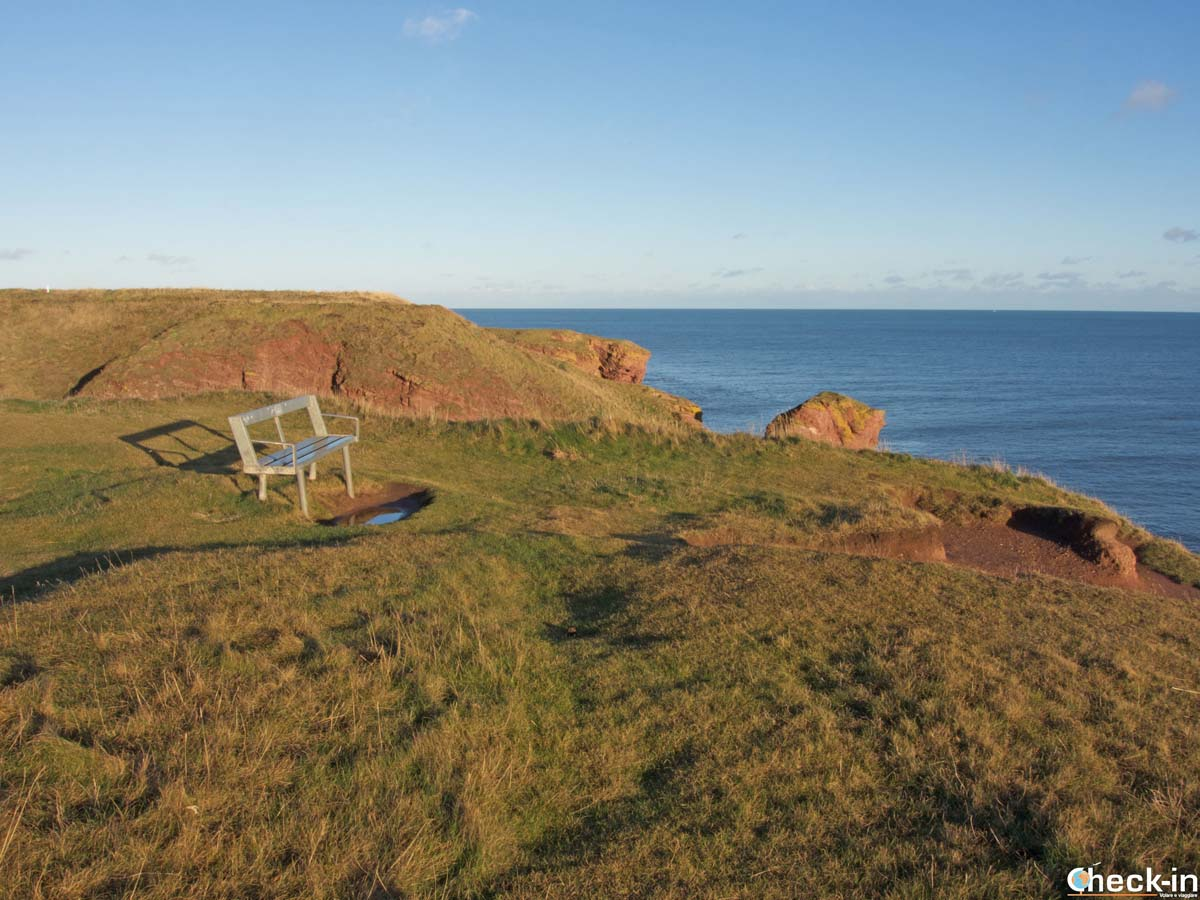 Panchina lungo le Seaton Cliffs ad Arbroath (Scozia)