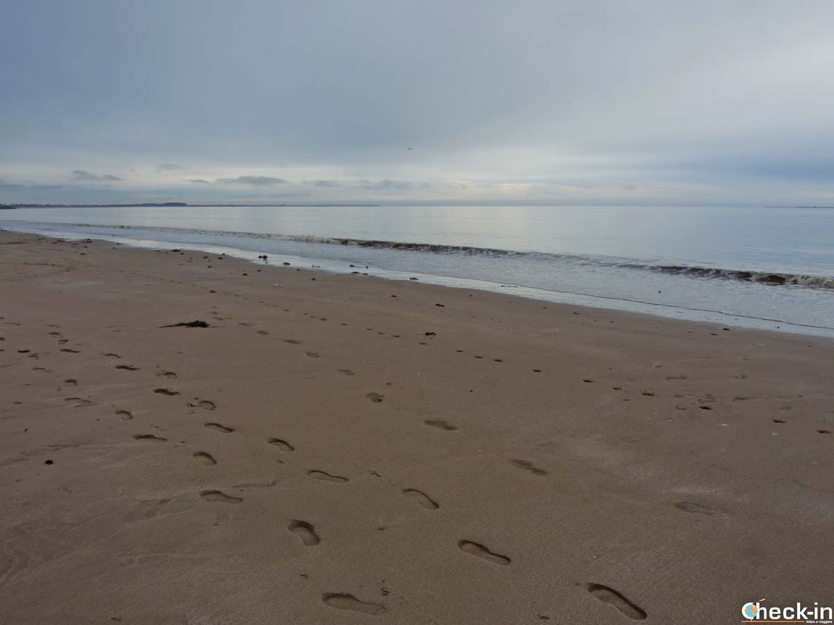 Due passi sulla spiaggia di Broughty Ferry (Scozia)