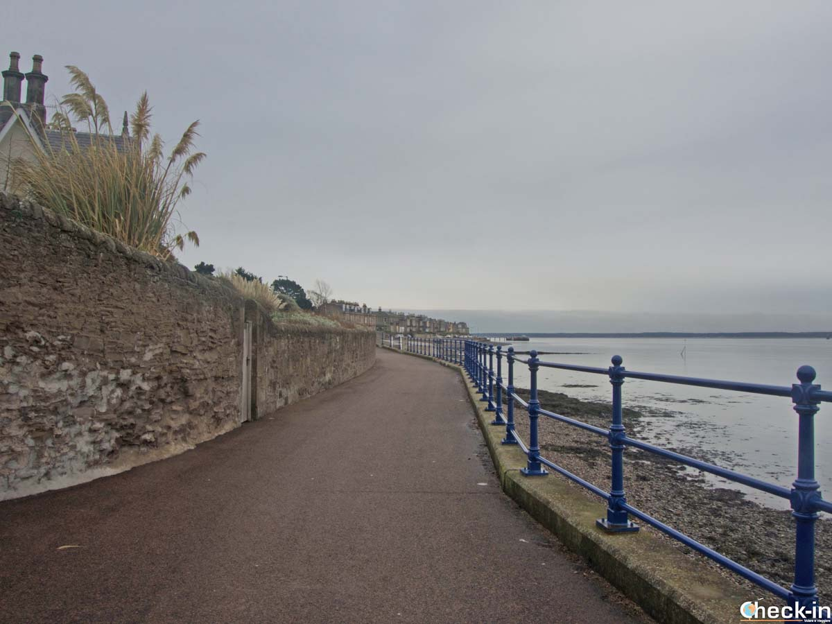 Passeggiata lungo Douglas Terrace a Broughty Ferry (Dundee)