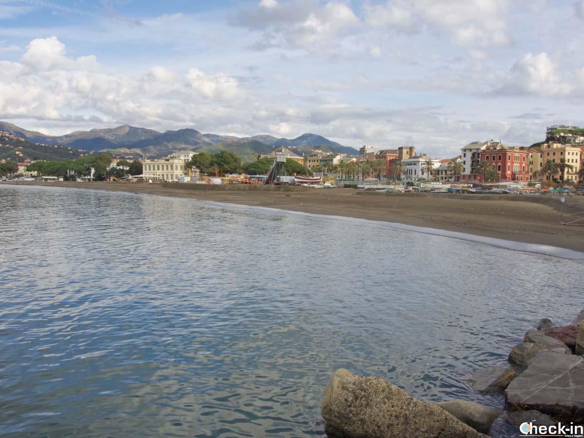 Tratto di spiaggia nella Baia delle Favole di Sestri Levante (Liguria)