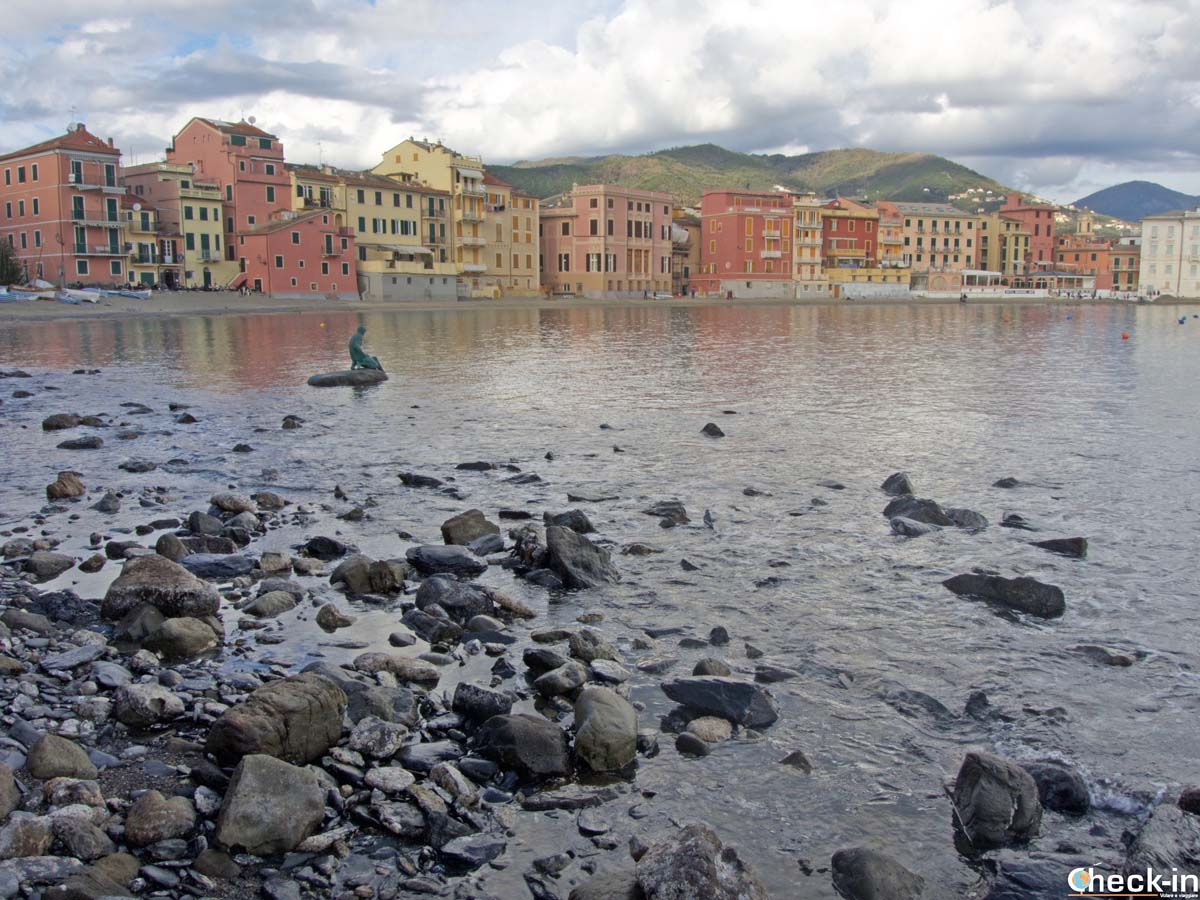 """Scogli e spiaggia della """"Baia del Silenzio"""" di Sestri Levante (Liguria)"""