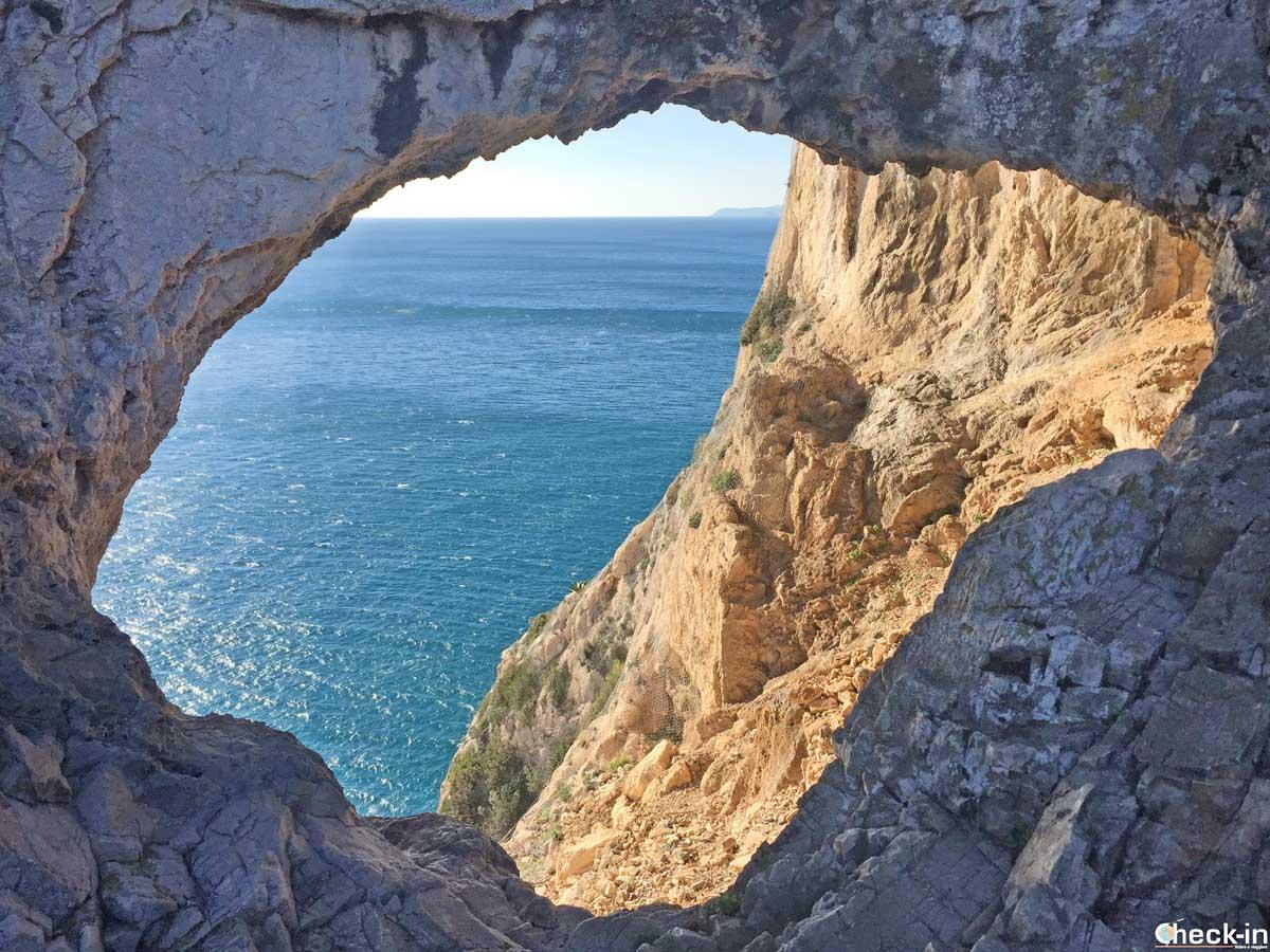 La Grotta dei Briganti a strapiombo sul Mar Ligure