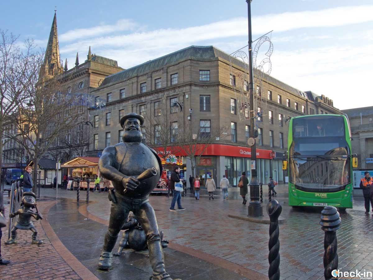 La statua di Desperate Dan nel centro storico di Dundee (Scozia)