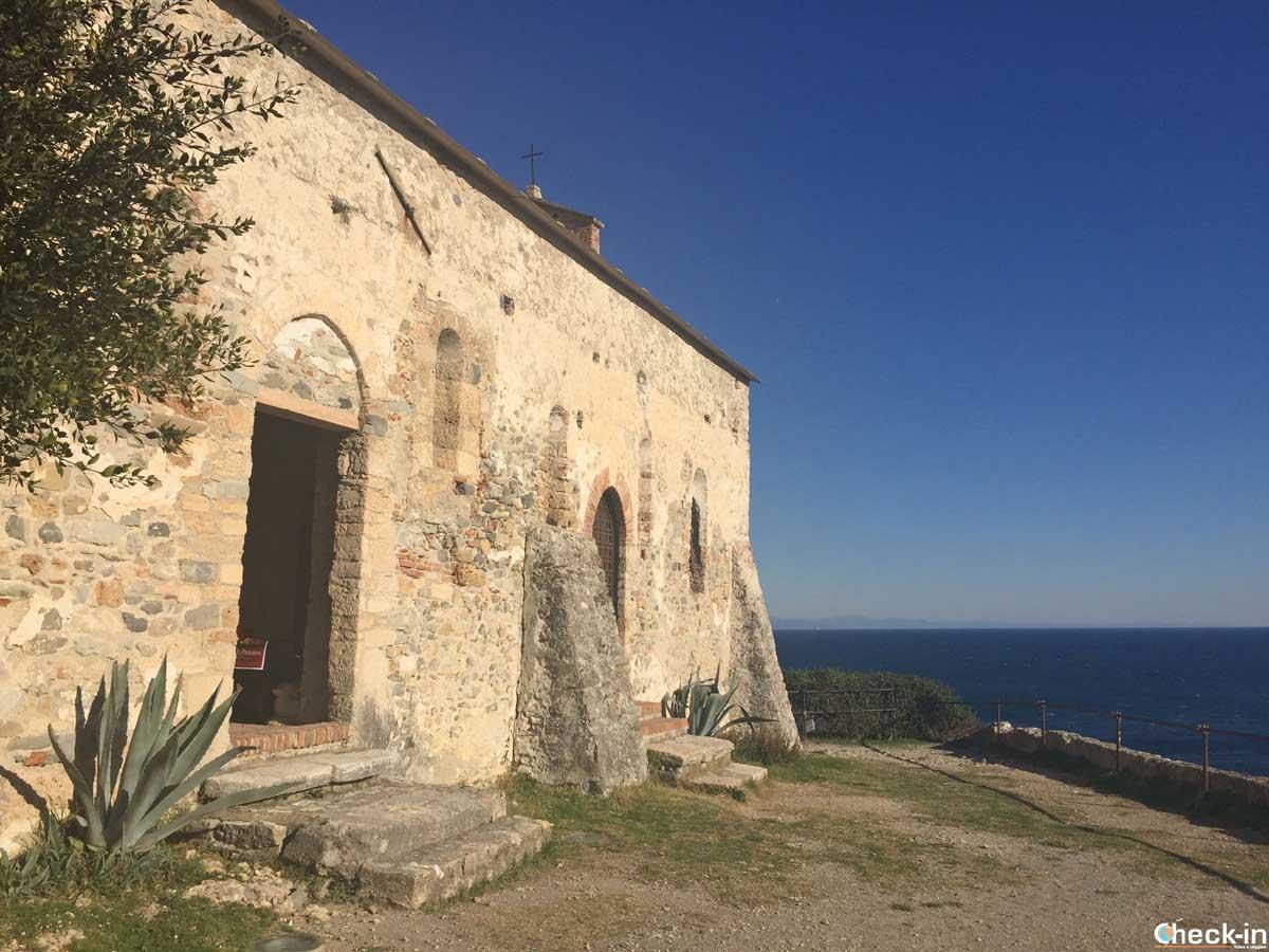 La Chiesa di San Lorenzo affacciata sulla Baia dei Saraceni a Varigotti