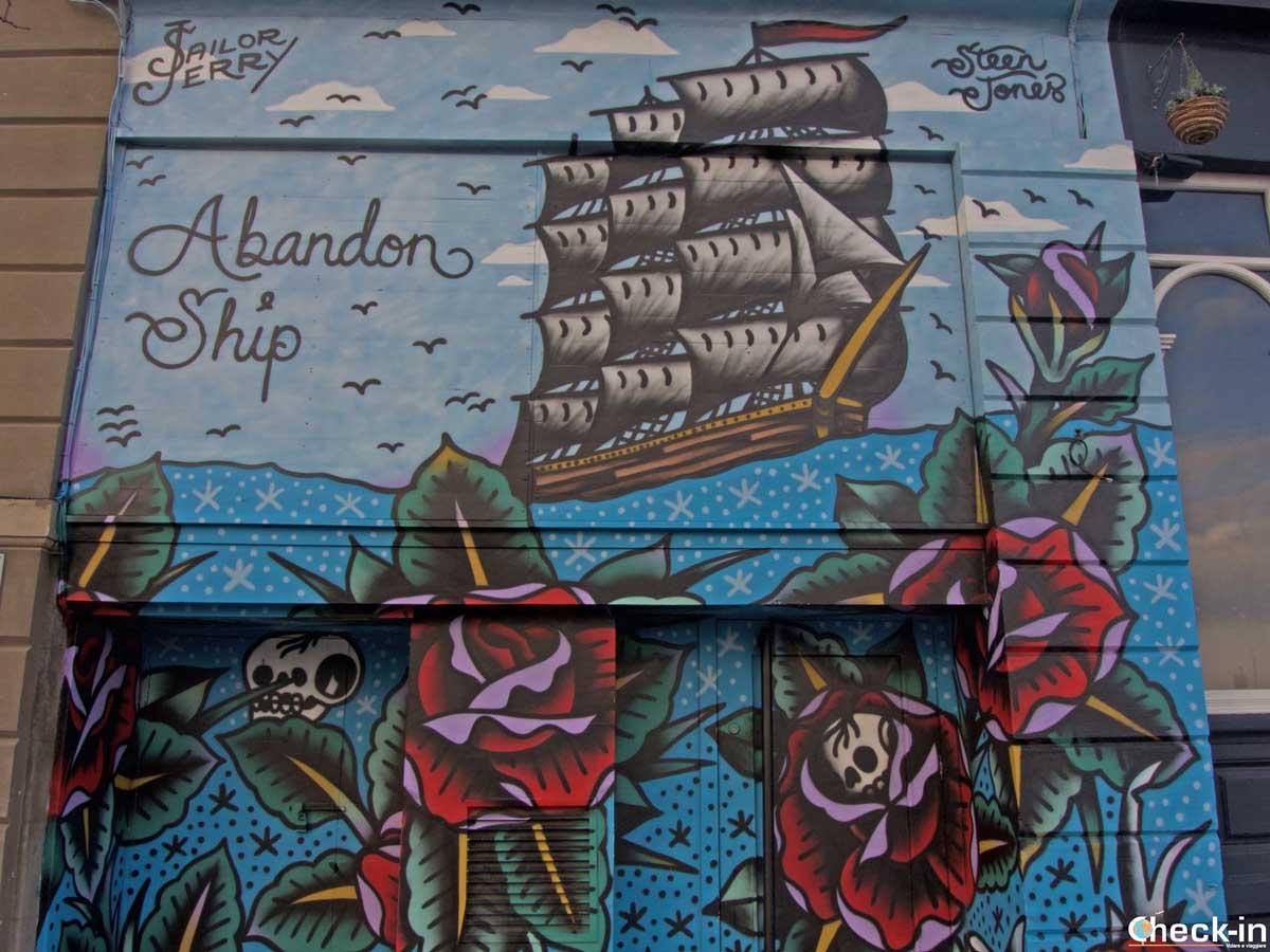 Painted doors in Dundee - Street art Open/Close