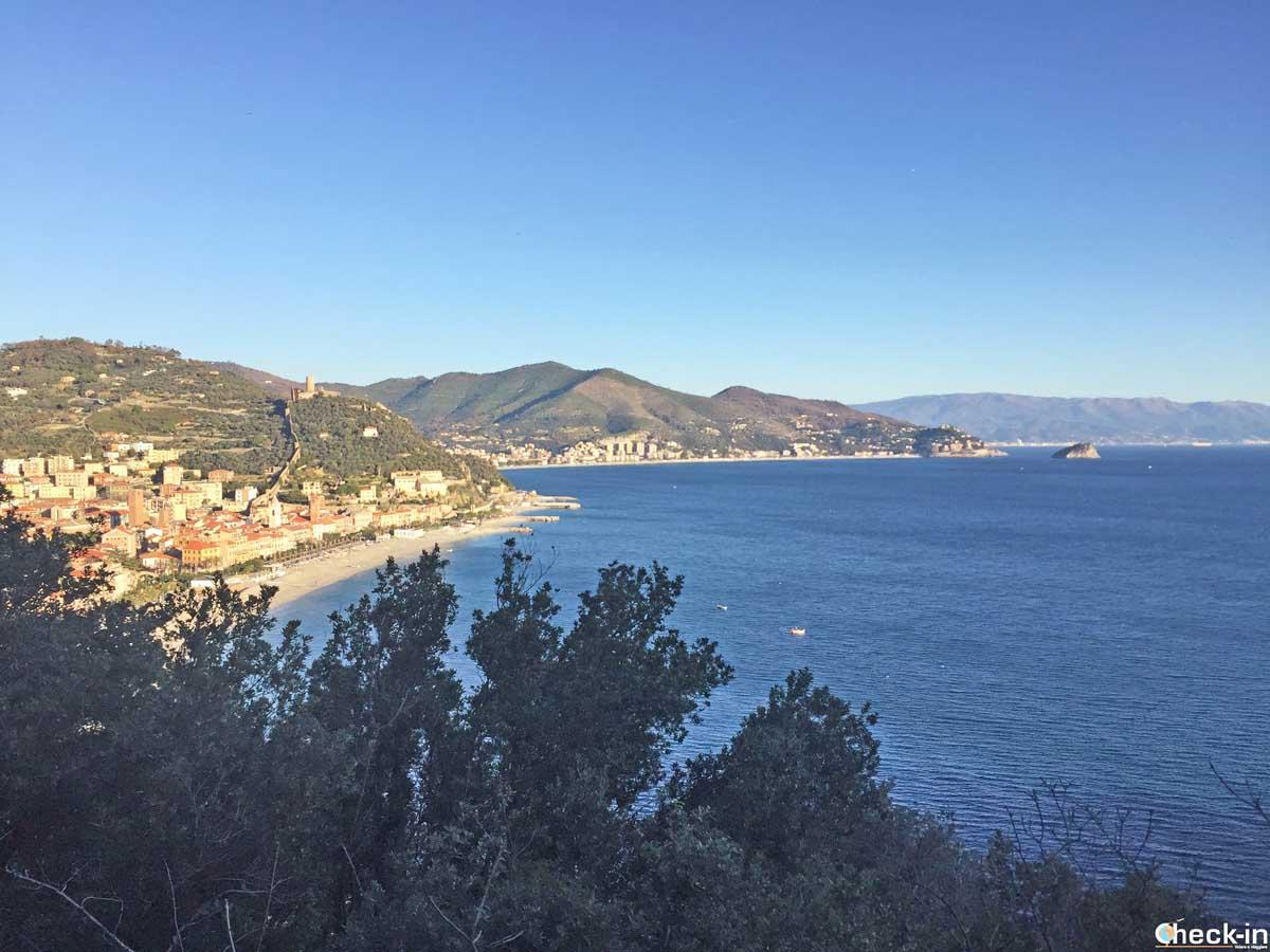 """Vista panoramica di Noli e l'isola di Bergeggi dalla """"Passeggiata Dantesca"""""""