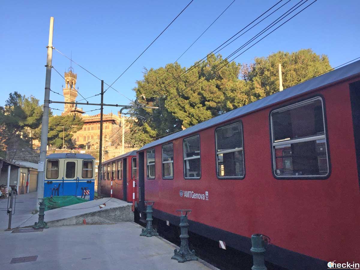 Il trenino per Genova Casella alla stazione di Manin