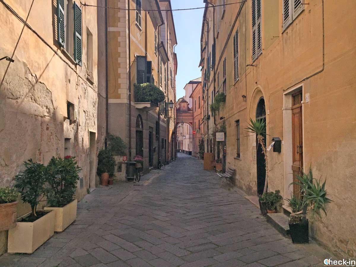 Una via del centro di Finalborgo | Check-in Travel Blog di Stefano Bagnasco