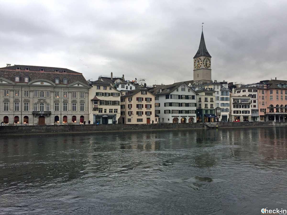 La Fraumünster di Zurigo vista dalla sponda del fiume Limmat