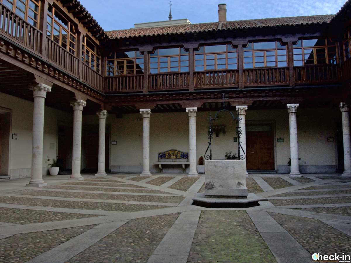 Scorcio del patio nel Palacio de Pimentel a Valladolid (Spagna)