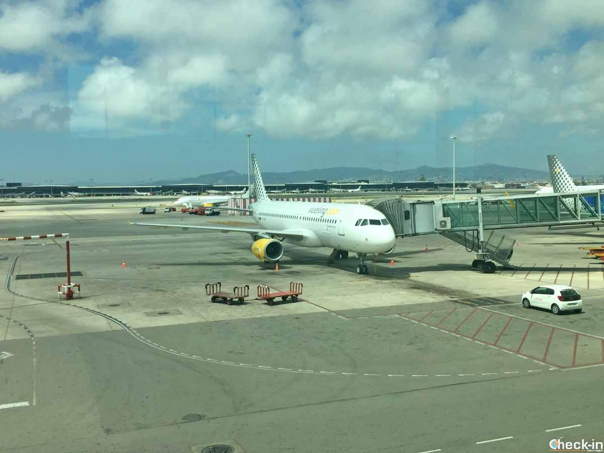 Aerobus A320 di Vueling in partenza dall'aeroporto di BCN El Prat T1