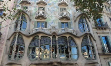 Gaudí e Barcellona: dalla Sagrada Familia a Casa Batlló, un itinerario di 24 ore alla scoperta dei luoghi più emblematici del modernismo catalano