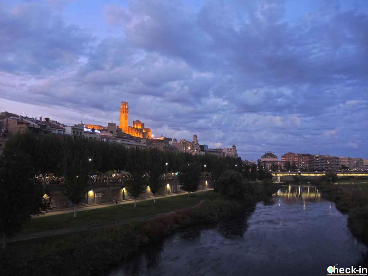 Parque del Río Segre en Lleida al anochecer