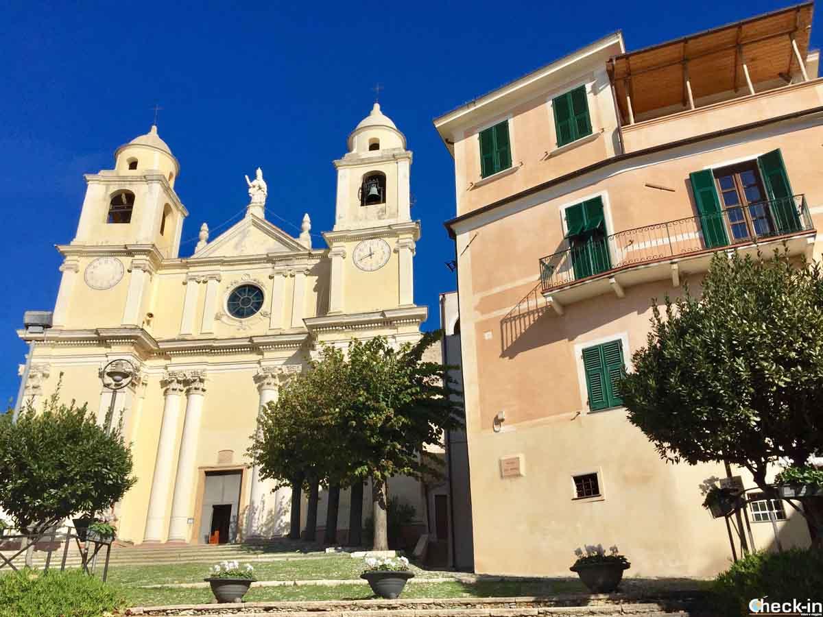 Duomo e piazza di San Pietro a Borgio - Liguria di ponente