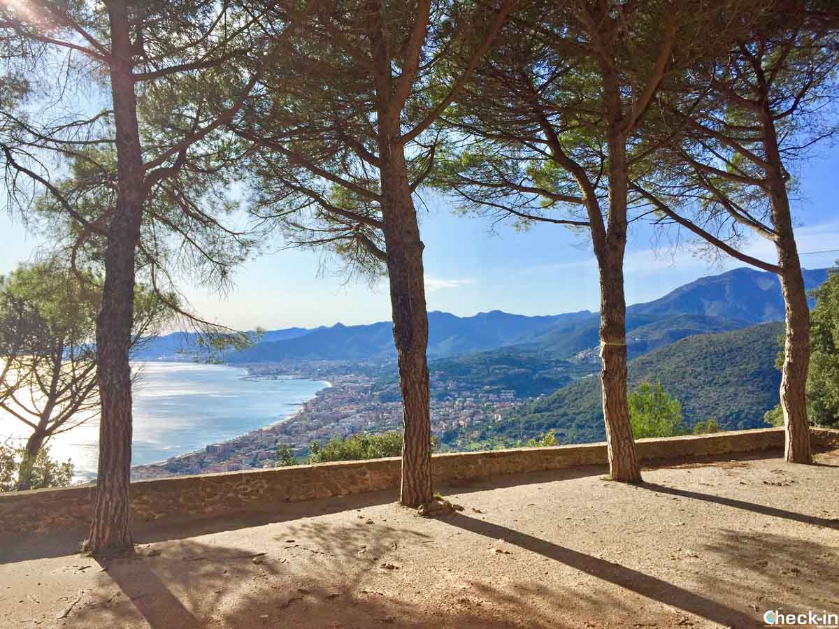 Belvedere su Borgio Verezzi dalla Chiesa di S. Martino (Liguria)