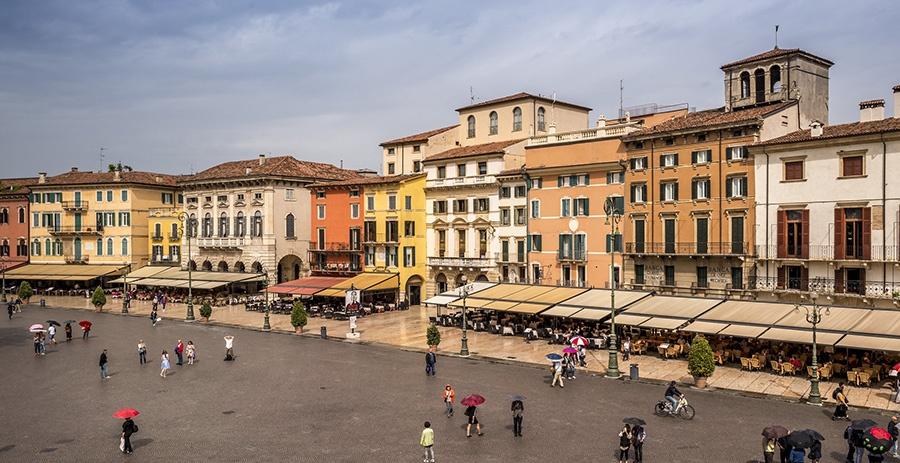 Edifici storici su Piazza Bra, vicino all'Arena di Verona