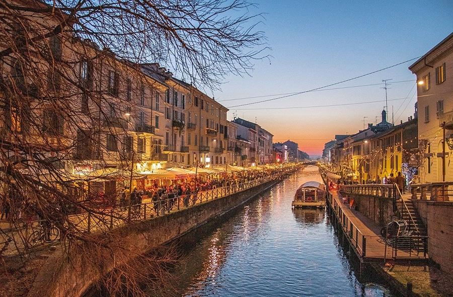 Passeggiata lungo il Naviglio Grande a sud del centro di Milano