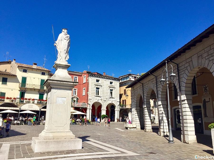 Piazza Malvezzi a Desenzano del Garda - Lombardia, Italia