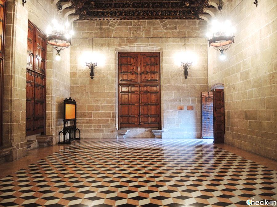 Visita de la Lonja de la Seda en Valencia: Sala del Consulado