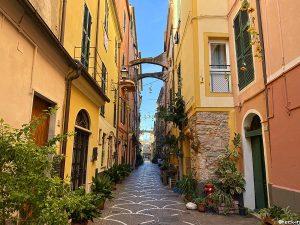 Caruggi medievali nel centro di Pietra Ligure: via Ugo Foscolo