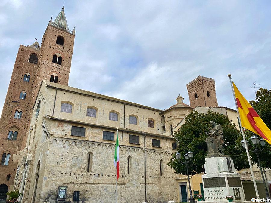 Cattedrale di San Michele e Torre Civica nel centro storico di Albenga (Liguria)
