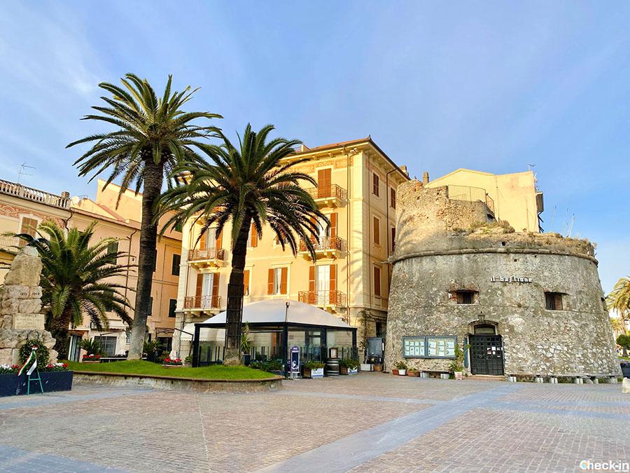 Piazza della Vittoria ed il Torrione medievale di Ceriale - Provincia di Savona (Liguria)