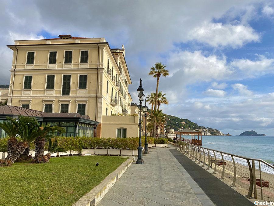 Piazza sul lungomare di Alassio - Borghi della Liguria da visitare