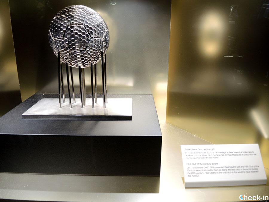 """Trofeo FIFA """"Mejor Club del siglo XX"""" en el museo del Real Madrid"""
