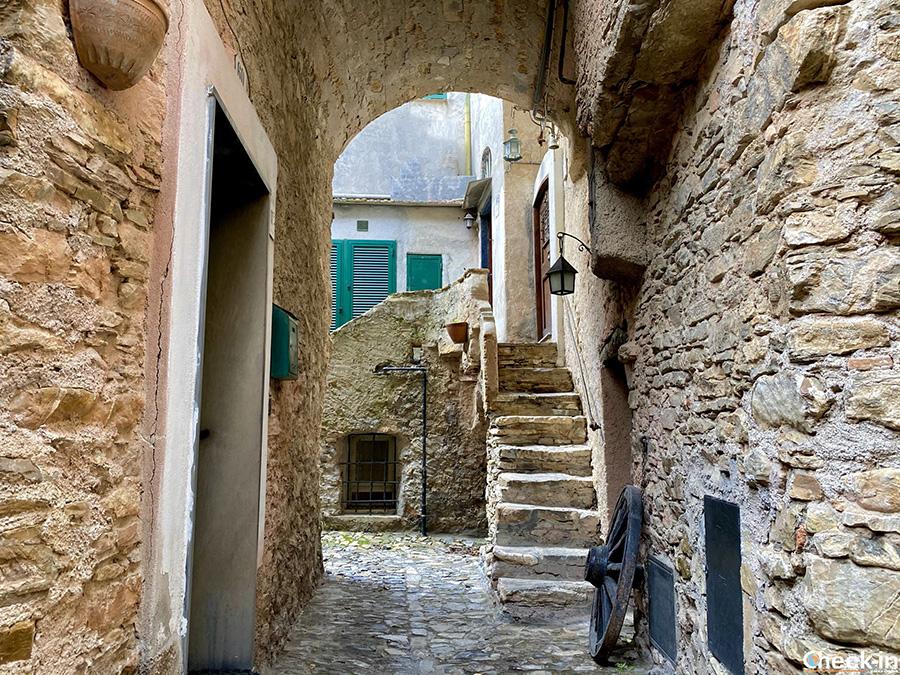 Cosa vedere nel borgo ligure di Colla Micheri, in provincia di Savona
