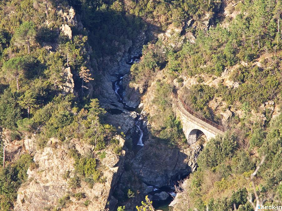 Ponte Negrone visto dal sentiero verso il Lago della Tina (Arenzano)